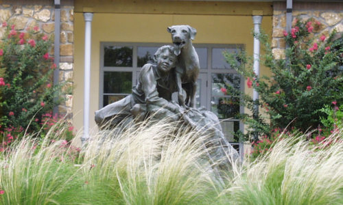 old yeller statue with pampas in front